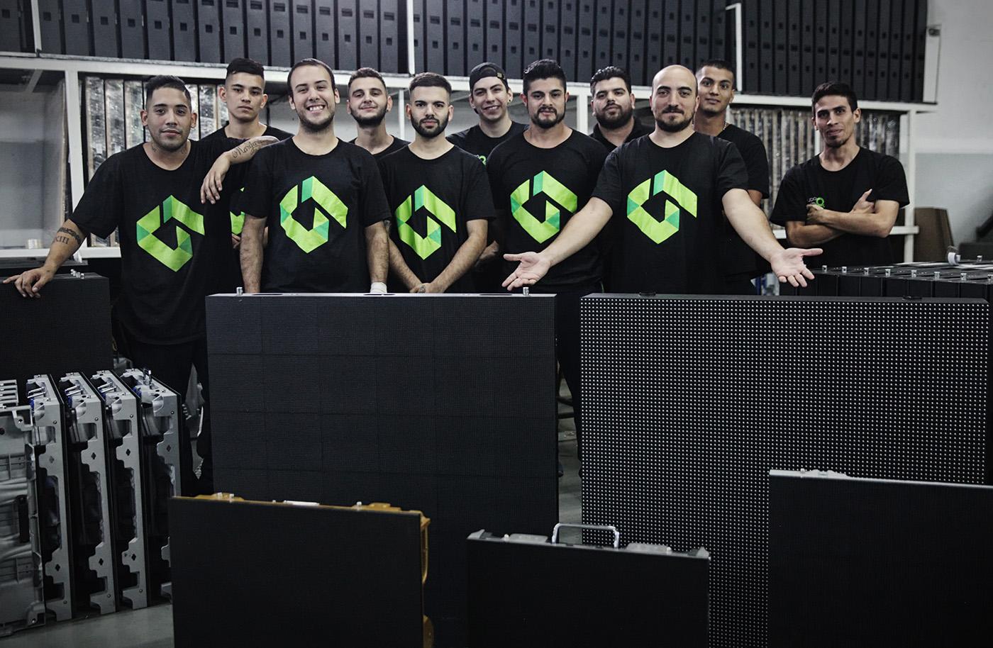 Los técnicos listos para recorrer el país instalando pantallas.